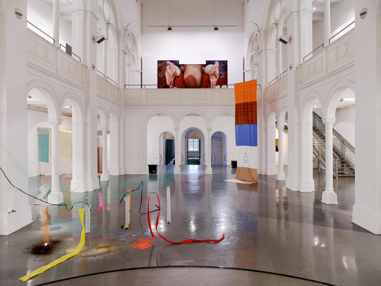 Ausstellungsansicht . Laura Link . Kunstquartier Bethanien . links : Elisa Duca / rechts Nuray Demir