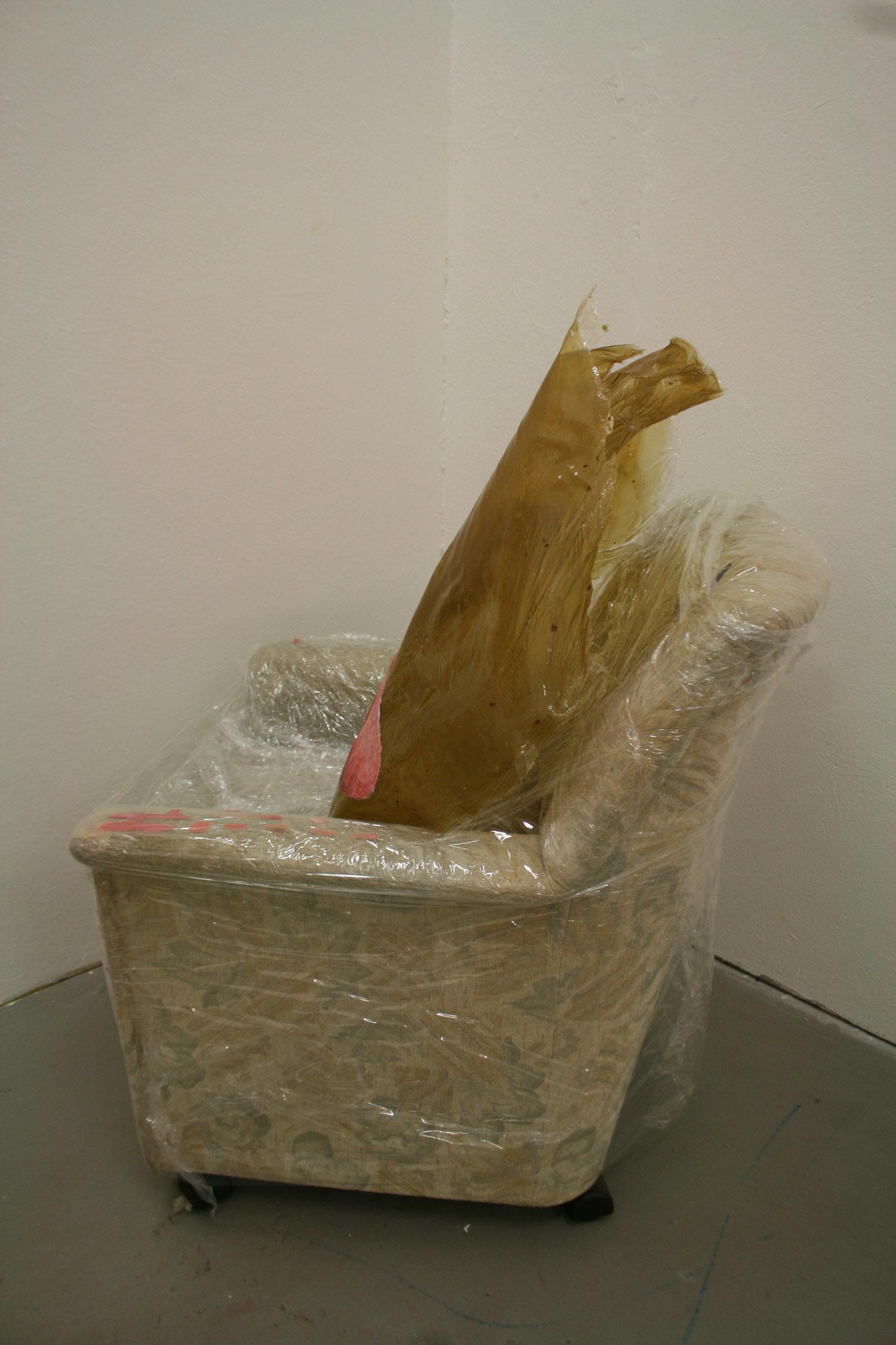 Laura Link . ohne Titel . 2012 . Ölfarbe, Bitumen, Knochenleim, Frischhaltefolie, Sessel . 140 x 90 x 90 . Rückansicht