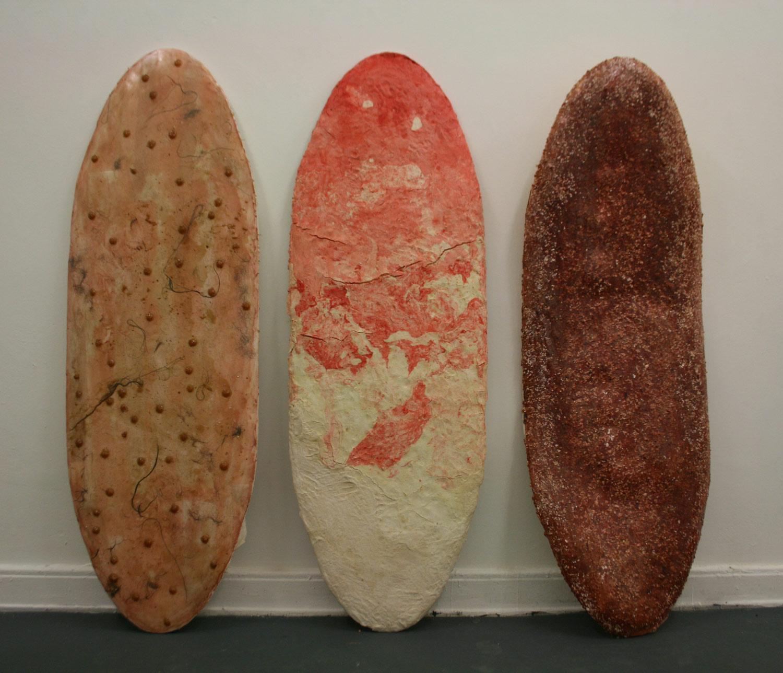 Laura Link . ohne Titel . 2013 . Knochenleim, Salzteig, Pigmente, Haare, Schaumstoff, Styrophor, Holz . je 185 x 60