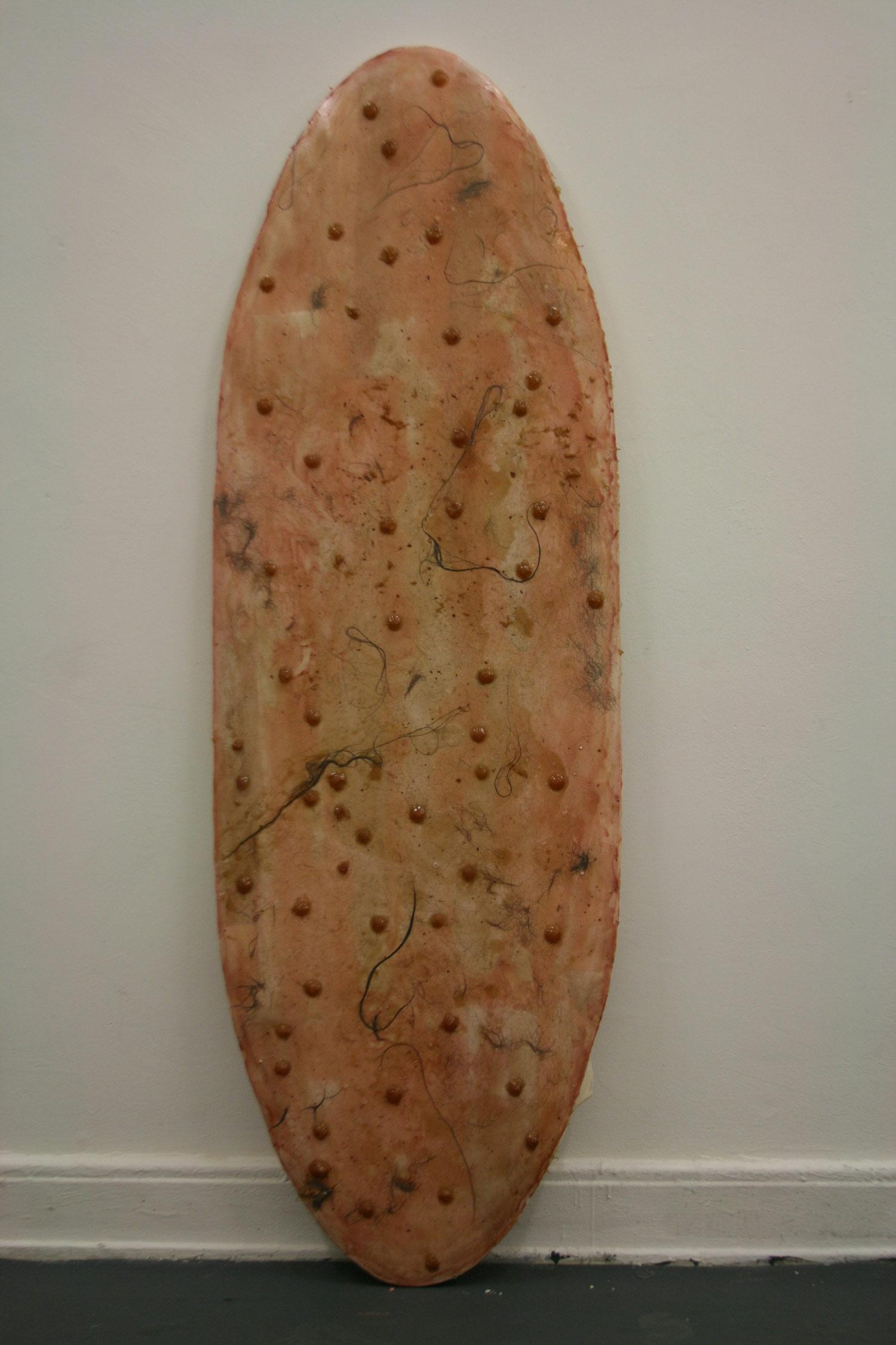 Laura Link . ohne Titel . 2013 . Knochenleim, Schaumstoff, Holz, Leinwand, Haare . 185 x 60
